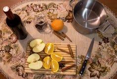 Videira ferventada com especiarias na tabela com cravos-da-índia, laranja, maçã e canela Foto de Stock Royalty Free