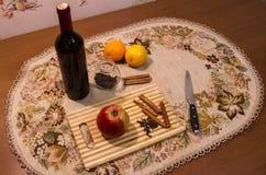 Videira ferventada com especiarias na tabela com cravos-da-índia, laranja, maçã e canela Fotos de Stock