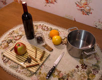 Videira ferventada com especiarias na tabela com cravos-da-índia, laranja, maçã e canela Fotografia de Stock Royalty Free