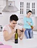 Videira vermelha dos pares infelizes na cozinha Imagens de Stock Royalty Free
