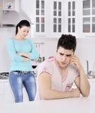 Videira vermelha dos pares infelizes na cozinha Fotografia de Stock
