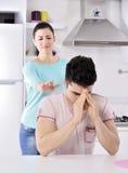 Videira vermelha dos pares infelizes na cozinha Foto de Stock Royalty Free