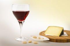 Videira vermelha em um vidro com queijo Fotografia de Stock