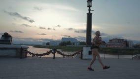 Video acrobatico del metraggio delle azione di tramonto dell'argine di ballo della bella ragazza archivi video
