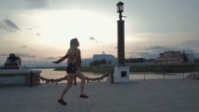 Video acrobatico del metraggio delle azione di tramonto dell'argine di ballo della bella ragazza video d archivio
