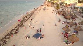Video aereo con il fuco sopra la spiaggia con la gente nella vacanza stock footage
