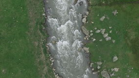 Video aereo da sopra il fiume della montagna stock footage
