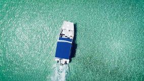 Video aereo del catamarano, della barca di velocità o della navigazione dell'yacht nel mar dei Caraibi vicino all'isola tropicale archivi video