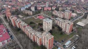 Video aereo del fuco che sorvola le costruzioni della città video d archivio