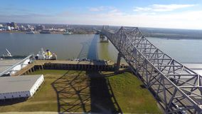 Video aereo del fuco del ponte del Mississippi archivi video