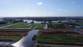 Video aereo del fuco di terra ripresa e mulini a vento a Zaanse Schans video d archivio