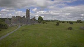 Video aereo del punto di riferimento pubblico irlandese famoso, abbazia del quin, contea Clare, Irlanda video d archivio
