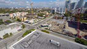 Video aereo di una gru di costruzione a Miami video d archivio
