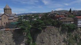 Video aereo la chiesa e le case di Metekhi sulla scogliera del fiume, Tbilisi, Georgia stock footage