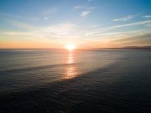 Video aereo nel moto del tramonto nell'Oceano Atlantico in Costa da Caparica, Lisbona, Portogallo Fotografia Stock