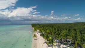 Video aereo sopra la spiaggia tropicale Punta Cana, Repubblica dominicana dell'isola Palme e sabbia bianca archivi video