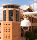 Video alloggio della videocamera di sicurezza montato su sulla città universitaria dell'istituto universitario Fotografia Stock Libera da Diritti