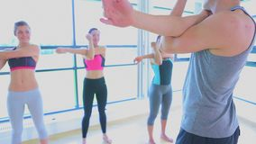 Video als trainer en klassen het uitrekken zich wapens Royalty-vrije Stock Afbeelding