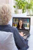 Video appell för hög kvinnabärbar dator arkivbild