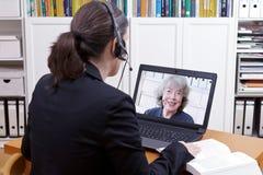 Video appell för kvinnahörlurar med mikrofonbok arkivbild