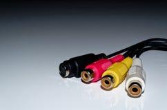 Video-audio kabelschakelaars op witte achtergrond stock foto