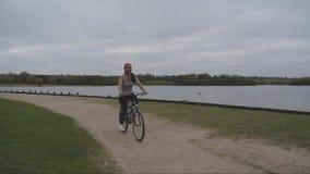 3 video av asiatiskt kvinnligt cykla arkivfilmer