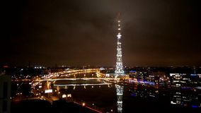 video av det St Petersburg televisiontornet med höjden av fågelflyget Ryssland lager videofilmer