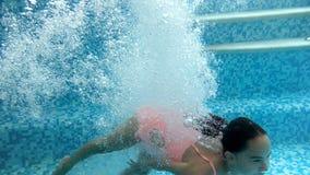 video av dykning för tonårs- flicka under vatten i simbassäng Besk?da fr?n under vattenyttersidan stock video