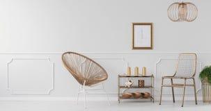 Video av en guld- stol, kuggen med garneringar, växter på guld- ställningar och den gråa väggen i ljus vardagsruminre arkivfilmer