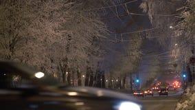 Video av en trafik för vinteraftonstad arkivfilmer