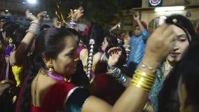 Video av ett cerremony traditionellt bröllop för indisk Punjabi och dansen lager videofilmer