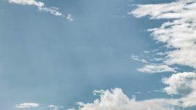 Video av gråa moln på blå himmel stock video