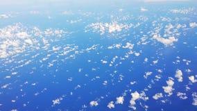 Video av moln över havet som filmas från över under ett flyg arkivfilmer