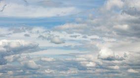 Video av moln på blå himmel i sommar stock video