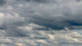 Video av moln på himmel i sommar arkivfilmer
