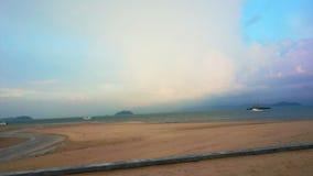 Video av regnbågen över havstranden stock video