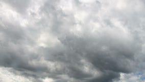 Video av vita och gråa moln på blå himmel arkivfilmer