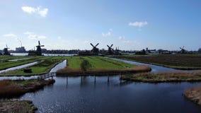 Video basso del fuco di prospettiva di acqua e dei mulini a vento a Zaanse Schans archivi video