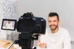 Video blogg för utbildning som filmar i kulisserna begrepp royaltyfria foton