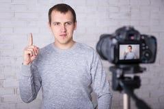 Video blogger che fa video a casa Immagine Stock