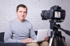 Video blogger che registra nuovo video a casa Immagini Stock Libere da Diritti