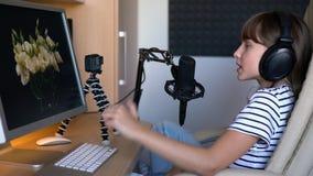 Video blogger för Preteen unge som arbetar med datoren arkivfilmer