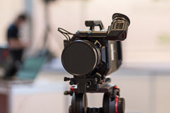 Video camera on a tripod. And a blurred background Royalty Free Stock Photography