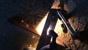 Video che taglia un pezzo in lavorazione del metallo con una taglierina della scintilla del plasma video d archivio