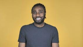 Video chiacchierata dall'uomo africano casuale isolato su fondo giallo, parlante stock footage