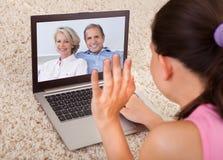 Video chiacchierata della donna con i genitori Fotografia Stock Libera da Diritti