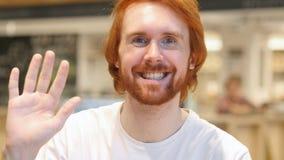 Video chiacchierata online dall'uomo casuale, parlante con gli amici fotografia stock