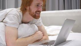 Video chiacchierata online dall'uomo emozionante che si trova sullo stomaco a letto archivi video