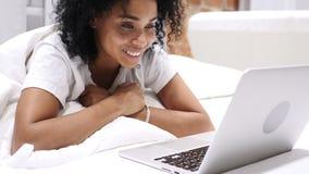 Video chiacchierata online dalla donna afroamericana emozionante che si trova sullo stomaco a letto archivi video