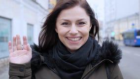 Video chiacchierata online dalla donna sulla via fotografia stock